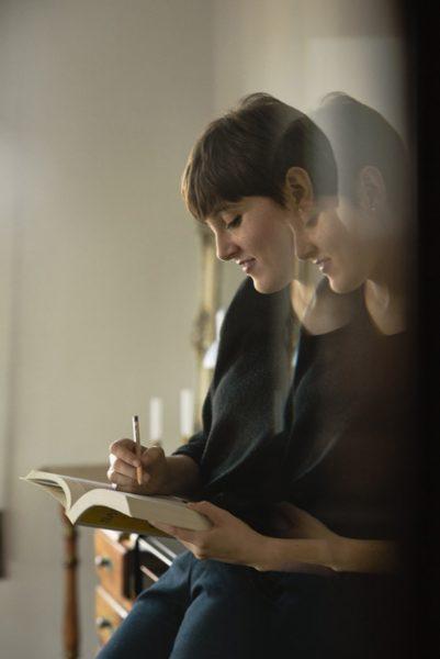 Alba escribiendo
